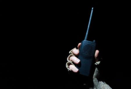 밤에 장갑을 낀 손으로 VHF를위한 워키 토키