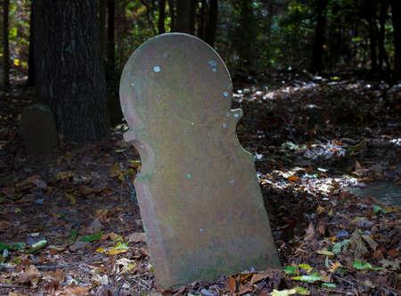 ムーア郡の古いスコットランド墓地で本当に古い墓石