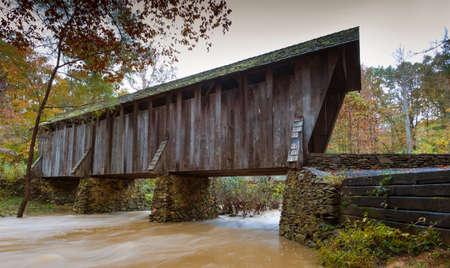 Water running under Pisgah covered bridge in North Carolina 版權商用圖片