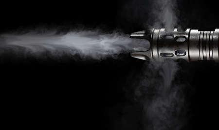 Eructos de humo de un cañón AR-15 sobre un fondo negro Foto de archivo