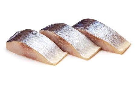 Ruwe gesneden makreel die op witte achtergrond wordt geïsoleerd