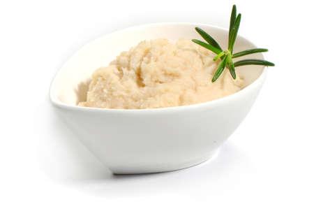 Sauce à raifort dans un petit bol de verre isolé sur fond blanc Banque d'images - 88237213