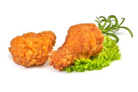 Pierna de pollo frito crujiente empanizado, aislado sobre fondo blanco.