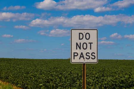 no pase: Peach Bottom, PA - el 23 de de agosto de, 2016: Un blanco No deje pasar la muestra en una carretera.