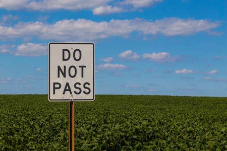 Een witte Do not Pass teken op een snelweg. Stockfoto