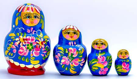 mu�ecas rusas: Azul Matryoshka, mu�ecas rusas sobre fondo blanco