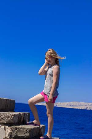 Petite fille sur fond de ciel bleu et mer Banque d'images - 81727232