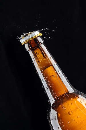 botellas de cerveza: Splas de agua de botella de cerveza  Foto de archivo