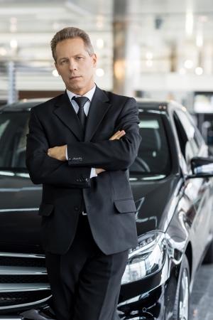 hair man: Je choisis le meilleur. Cheveux gris homme confiant en tenues de soir�e debout devant de la voiture et regardant la cam�ra Banque d'images