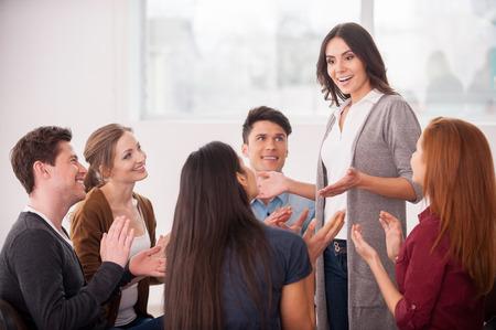 terapia de grupo: Tengo un problema. Grupo de personas que se sientan cerca unos de otros, mientras que el hombre está diciendo algo y gesticulando
