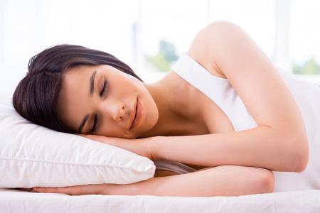 gente durmiendo: Mujer durmiendo. Joven y bella mujer durmiendo en la cama sonriente