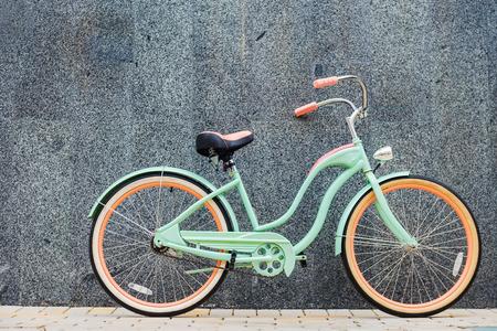 retro bicycle: Bicicleta de la vendimia. Bicicleta vintage hermosa que se coloca cerca de la pared