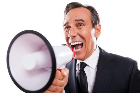 you can: Puedes oírme? Hombre maduro Furious en formalwear grita en el megáfono mientras que de pie aislado en fondo blanco