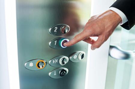 pushing the button: Hombre que empuja el bot�n. Close-up de mano masculina bot�n del ascensor empujando Foto de archivo