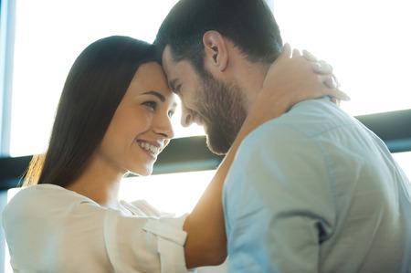 te quiero: Te quiero mucho! Hermosa joven pareja amorosa unión entre sí y sonriendo mientras que la mujer abrazando a su novio Foto de archivo