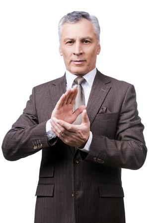 manos aplaudiendo: Celebrar el �xito. Hombre maduro conf�a en formalwear las manos aplaudiendo y sonriendo mientras est� de pie contra el fondo blanco