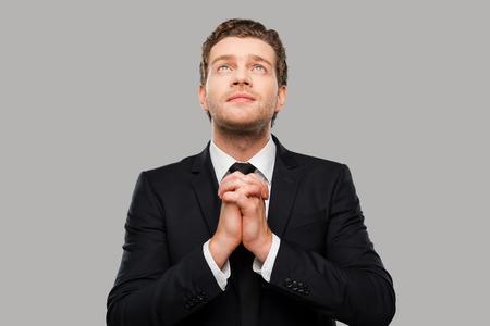 Discussion sur l' Etoile de TF1 du 28 Aout 2016   - Page 5 38135631-businessman-prier-r-fl-chi-jeune-homme-en-tenue-habill-e-mains-jointes-et-les-doigts-crois-s-en-se-t