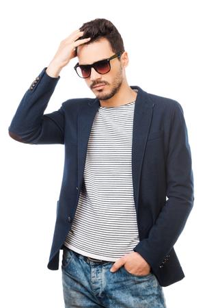 Discussion sur l' Etoile de TF1 du 28 Aout 2016   - Page 5 38380526-confiant-dans-son-style-beau-jeune-homme-portant-des-lunettes-de-soleil-tenant-la-main-dans-les-chev