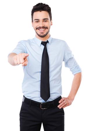 Ich wähle dich! Gut aussehender junger Mann in Hemd und Krawatte, die Sie und lächelnd im Stehen vor weißem Hintergrund Standard-Bild