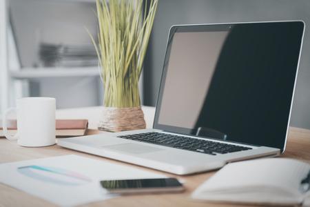 Lieu de travail confortable. Close-up de la confortable lieu de travail dans le bureau avec table et ordinateur portable en bois portant sur elle Banque d'images - 39216091