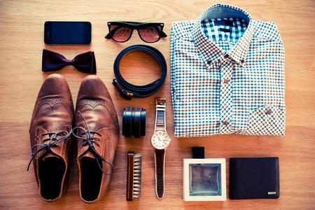 casual clothes: Las cosas m�s importantes. Vista superior de la ropa y diverso accesorio personal que pone en el grano de madera Foto de archivo