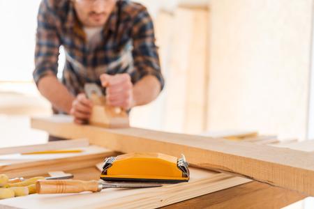 carpintero: Trabajar con madera. Primer plano de carpintero masculino para trabajar con madera en su taller Foto de archivo