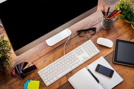 Confortevole lavoro vista place.Top ofcomfortable posto di lavoro in ufficio con tavolo in legno e il computer in piedi su di essa