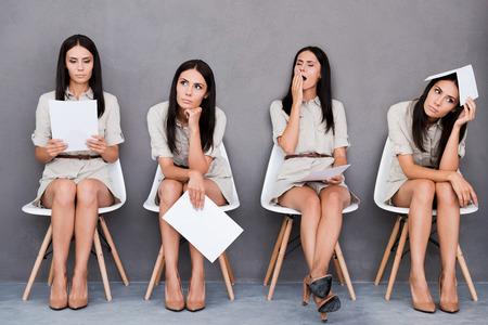Digital-Zusammensetzung der jungen Geschäftsfrau, die verschiedene Emotionen beim Halten Papier und sitzen an den Stuhl vor grauem Hintergrund