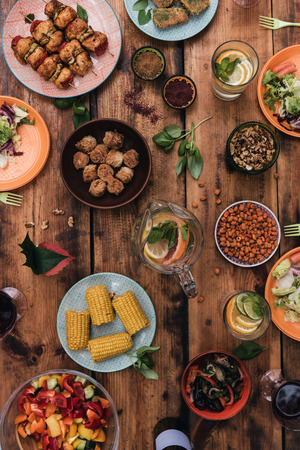 food: Aproveite seu jantar! Vista de cima de alimentos e bebidas na mesa de madeira rústica Banco de Imagens