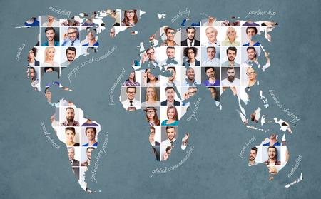 すべての人々。さまざまな感情を表現する多様な多民族と混合の時代の人々 のコラージュ