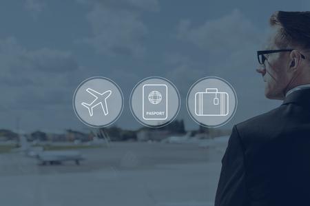 Los viajes de negocios. compuesta digitalmente conjunto de iconos sobre una imagen de hombre de negocios en el aeropuerto