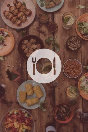 점심 시간. 디지털 음식과 음료의 전체 소박한 나무 테이블의 평면도를 통해 주방기구의 사진을 구성