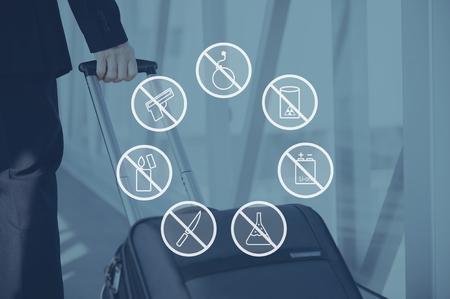 Sicherheitswarnungen. Digital komponiert Icon-Set über ein Bild der Geschäftsmann zieht seinen Koffer im Flughafen