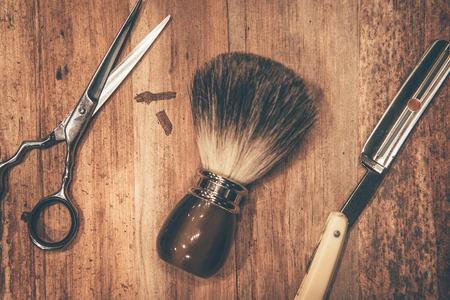 Outils de toilettage. Vue de dessus des outils de barbier couché sur le grain du bois Banque d'images
