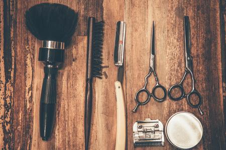 barbero: Herramientas del peluquero. Vista superior de herramientas de peluquería tumbado en la veta de la madera