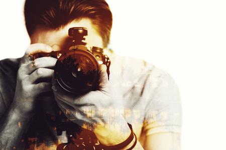 hombres jovenes: Puesta del sol de. compuesta digitalmente imagen de primer plano de la joven fot�grafo que busca arroj� su c�mara a trav�s de la imagen del paisaje con palmeras Foto de archivo