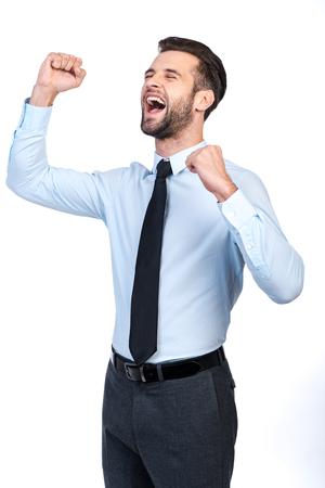 boca cerrada: joven apuesto hombre feliz en camisa y corbata haciendo un gesto y mantener los ojos cerrados mientras está de pie contra el fondo blanco