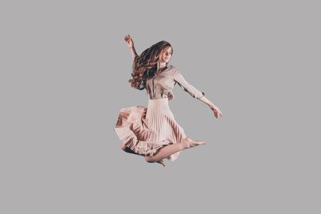 mujeres fashion: Belleza en el aire. Estudio tirado de mujer joven y atractiva flotando en el aire