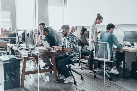Creatieve business team. Groep jonge mensen uit het bedrijfsleven werken en samen te communiceren tijdens de vergadering op hun werkplekken in het kantoor