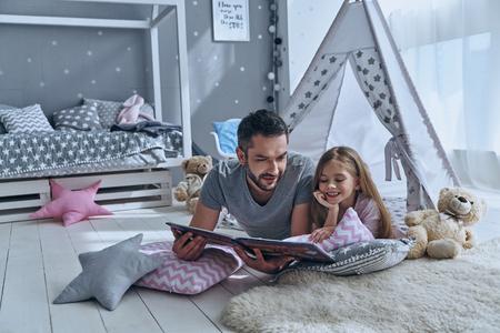 単に周りにいます。父の寝室の床の上に横たわっている間彼の娘に本を読んで