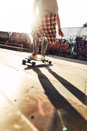 なぜ歩き場合はスケートができますか。屋外のスケート公園でぶらぶらしながらスケート ボード モダンな若い男のクローズ アップの背面図 写真素材 - 89017464
