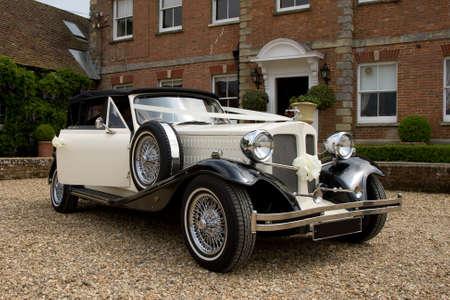 coche antiguo: Coche de boda Vintage en blanco  Foto de archivo