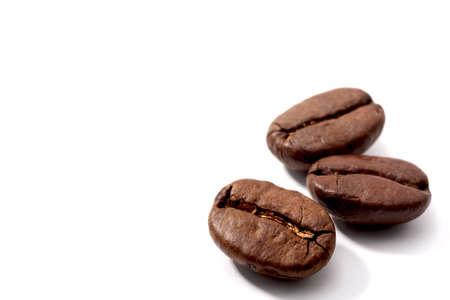 frijol: Granos de caf�, aislados en fondo blanco