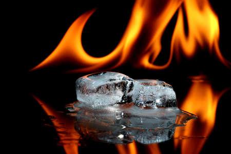 cubos de hielo: Cubos de hielo y fuego  Foto de archivo