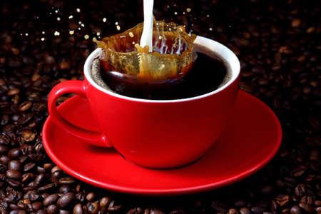 frijoles rojos: Leche salpicadura en la taza de caf�