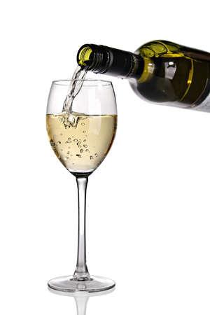 wine pouring: Essere versato nel bicchiere di vino bianco.