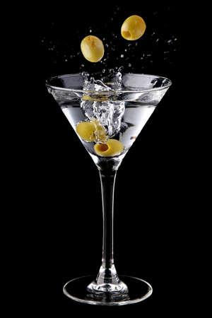 Martini cocktail with olives and splash Standard-Bild