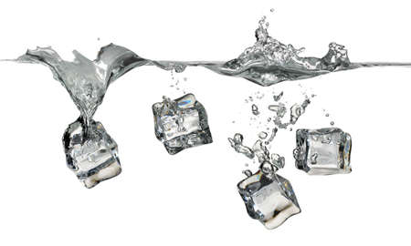 cubes de glace: Ice cubes splashing into water