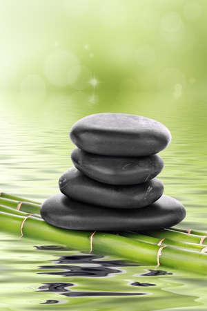 obrero: Piedras de basalto de Zen de bamb� en agua