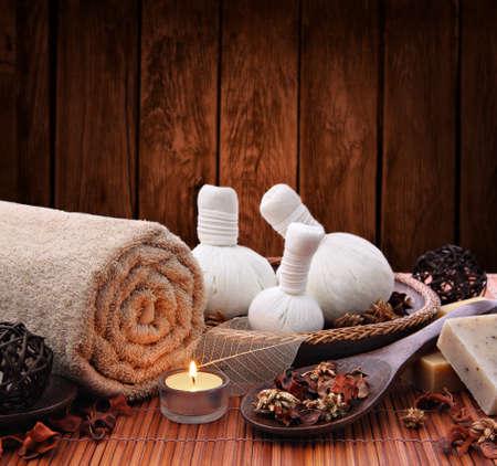 massage: R�glage spa chandelles avec herbes tha� timbres de massage compresse Banque d'images